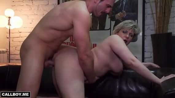 Housewife milf plays on skin sofa with a student